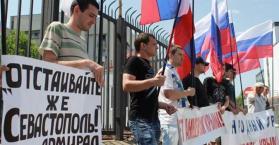 تظاهرة تنادي بإعادة إقليم شبه جزيرة القرم ومدينة سيفاستوبل إلى روسيا
