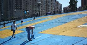 ناشطون يرسمون أكبر علم لتتار القرم في العاصمة كييف (صور)