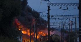 خروج قطار ينقل صهاريج نفط عن مساره يتسبب بحرائق في أوكرانيا