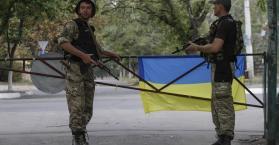 جنود أوكران على أحد الحواجز شرق البلاد