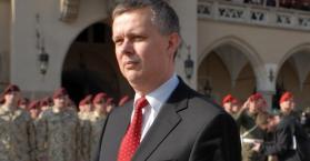 وزير دفاع بولندا يقول إن تزويد أوكرانيا بالسلاح خيار أخير