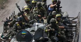 جنود أوكران يقاتلون في شرق البلاد