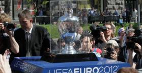 رمز بطولة اليورو 2012 يصل إلى أوكرانيا ويجول عدة مدن فيها
