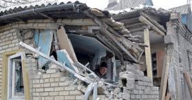 آثار سقوط قذيفة على أحد المنازل بشرق أوكرانيا