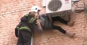 في 97 من العمر.. مسنة أوكرانية تسقط من نافذة بيتها وتتعلق بمثبت جهاز التكييف
