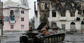 القوات الحكومية والانفصاليون يجلون المدنيين من بلدة في أوكرانيا