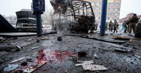 آثار دمار خلفته صواريخ سقطت على أحد محطات الحافلات شرقي أوكرانيا