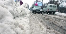 تراكم الثلوج يشكل حركة المركبات في القرم جنوب أوكرانيا