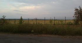 روسيا تبني حائطا من الأسلاك الشائكة على الحدود مع إقليم الدونباس شرق أوكرانيا (صور)