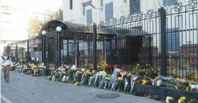 الأوكرانيون يضعون الزهور أمام السفارة الروسية تعزية بضحايا الطائرة (صور)