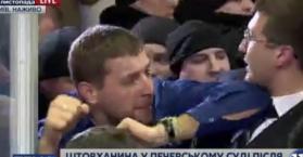عراك بمحكمة أوكرانية أثناء مقاضاة زعيم حزب سياسي معارض (فيديو)