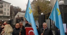 تتار القرم يتظاهرون أمام السفارة الروسية بكييف (صور)