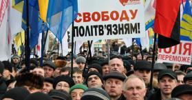 أنصار المعارضة يتظاهرون مطالبين برحيل يانوكوفيتش وإطلاق سراح تيموشينكو