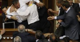 بسبب لغات الأقليات.. اشتباك بالأيادي بين نواب برلمانيين في أوكرانيا