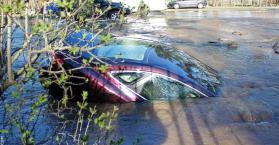 الأرض تخسف بسيارة خاصة في وسط العاصمة كييف