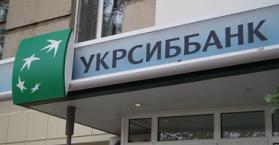 أوكراني يسرق أحد البنوك، ويوزع قسطا من النقود على المارّة في الشوارع