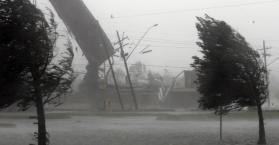 عاصفة قوية تقتل عجوزا وتقطع الكهرباء عن الآلاف في أوكرانيا