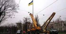 مجهولون يفجرون سارية العلم الأوكراني وسط مدينة خاركيف