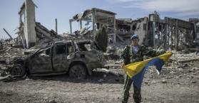 آثار الدمار الذي لحق بمطار لوهانسك الدولي