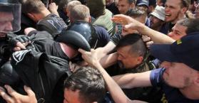 اشتباكات بين أنصار النظام والمعارضة تتخلل تظاهرات حاشدة في العاصمة كييف