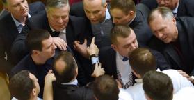 """شجار بين زعيم """"الراديكاليين"""" والمدعي العام الأوكراني أثناء محاكمة نائب برلماني (فيديو)"""
