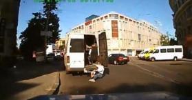 أوكرانية تسقط من الباب الخلفي لحافلة صغيرة مكتظة