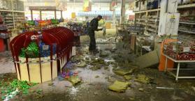 آثار سقوط قذيفة على مركز التسوق المعروف بآمستور بدونتسك