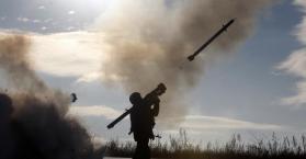 جندي اوكراني يطلق صاروخ ارض-جو خلال مناورات عسكرية شمال لوغانسك (أ.ف.ب)