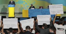 صحفيون يحتجون أثناء إشادة الرئيس يانوكوفيتش بحرية الإعلام في أوكرانيا