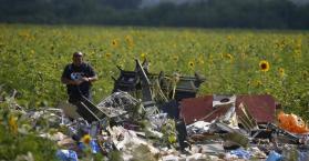 الخبراء الدوليين يواصلون البحث عن أشلاء لركاب الطائرة الماليزية شرقي أوكرانيا