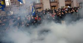 الشرطة تستخدم الغاز لتفريق احتجاج أمام مجلس مدينة العاصمة كييف