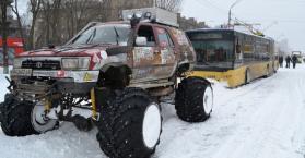 سحب الشاحنات والباصات والسيارات العالقة في الثلوج بالعاصمة كييف