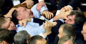 عراك بالأيدي بين نواب برلمان أوكرانيا الجديد