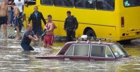 فيضان يغرق بيوتا ويقتل شخصين في مدينة أوديسا جنوب أوكرانيا