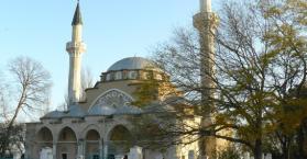 مسجد الجمعة في مدينة يفباتوريا.. بمئذنتين شيوعيتين