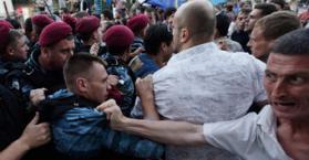 """رئيس البرلمان يستقيل بسبب """"اللغة الروسية"""" وتظاهرات غضب واشتباكات في كييف"""