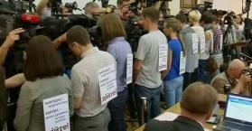 بعد اعتداء على اثنين منهم.. صحفيون يقتحمون مقر رئاسة الوزراء في أوكرانيا