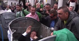 """حاويات القمامة.. مكان لـ""""الفاسدين"""" في أوكرانيا"""