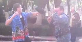 """شاب يضرب عنصرين من قوات """"الصقور"""" الخاصة في أوكرانيا"""