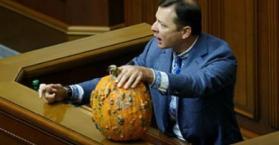 لياشكو يمسك ثمرة القرع الفاسدة أثناء كلمته البرلمانية