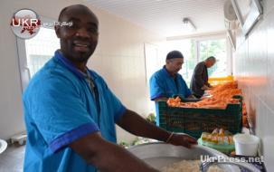 عبد الله شاب أفريقي يشارك الأوزبيك في إعداد وطهي طعام البلوف لإفطار جماعي