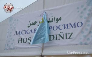 لافتة على الخيمة الرمضانية ترحب بمسلمي المدينة بالعربية والأوكرانية والتترية