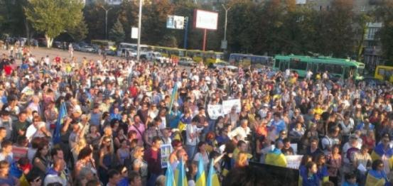 سكان ماريوبول بأوكرانيا يتظاهرون رفضا لنزع سلاح شيروكينا وإنشاء منطقة عازلة (فيديو)