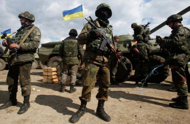 أوكرانيا ترفع حجم قواتها العسكرية وسط تبادل الاتهامات بوجود روس وأمريكيين على أراضيها