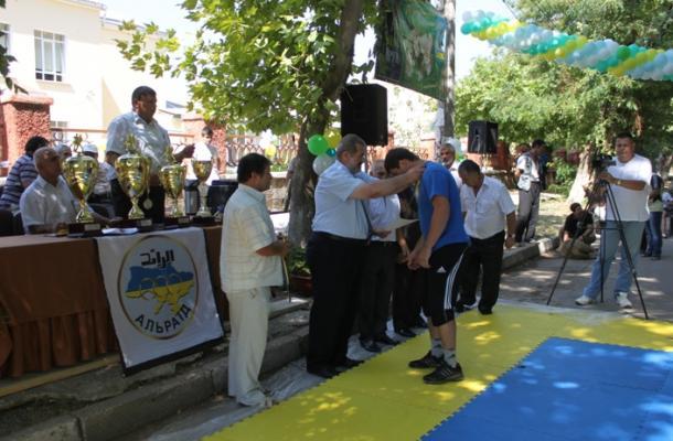 رفعت تشوباروف نائب رئيس مجلس شعب تتار القرم يكرم أحد الفائزين
