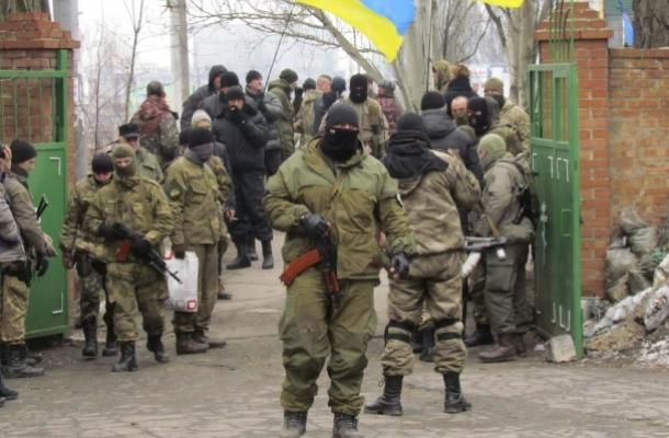 مقاتلون أوكران في شرق البلاد بأحد القواعد العسكرية