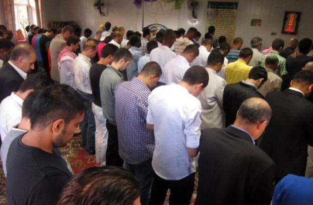 صلاة العيد في مسجد الإسراء التابع للمركز الثقافي الإسلامي بمدينة فينيتسا