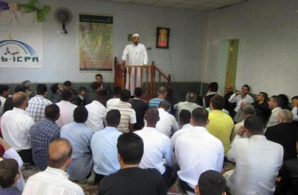 أحد أئمة جامعة الأزهر الشريف يخطب العيد في جموع مسلمي فينيتسا