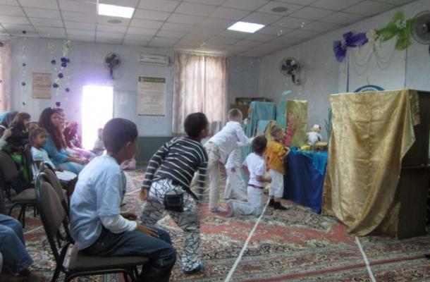 مسرح العرائس مفاجئة العيد السعيد لأطفال مسلمي فينيتسا