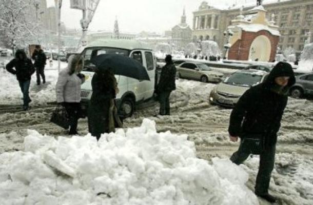 إقالة رؤساء إدارات 3 أحياء في العاصمة كييف بسبب الجليد وتراكم الثلوج